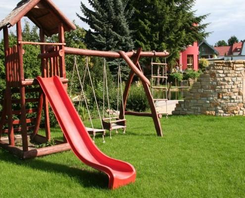 Kinderspielanlage im Garten