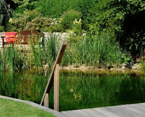 Holzterrasse am Schwimmteich
