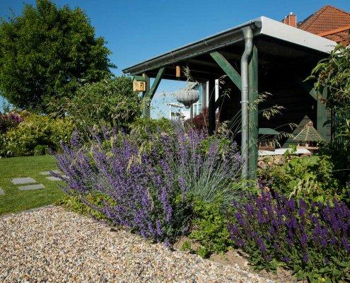Carport im pflanzreichen Garten