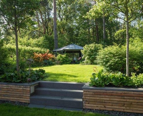 Garten mit zwei Ebenen und Steintreppe