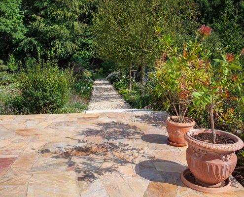 Natursteinterrasse Pflanzen im Garten