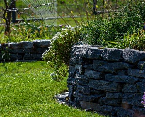 Natursteinwand, Bewässerungsanlage