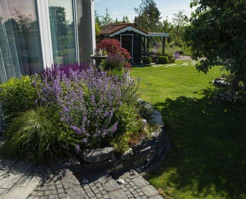 Terrasse und Hochbeet mit Pflanzen
