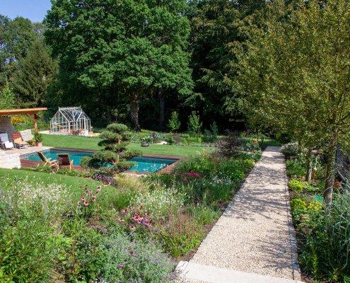 Pflanzreicher Garten mit Schwimmteich