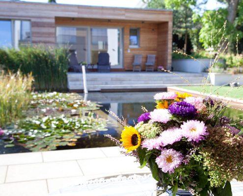 Schwimmteich und Remise im Garten
