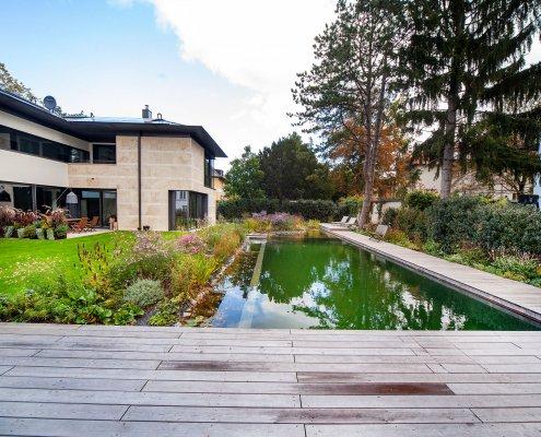 Schwimmteich im Garten, Holzterrasse