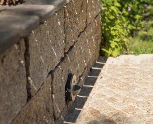 Terrasse aus Naturstein mit Beleuchtung