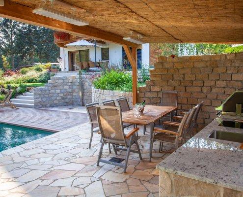 Terrasse aus Naturstein mit Gartenküche