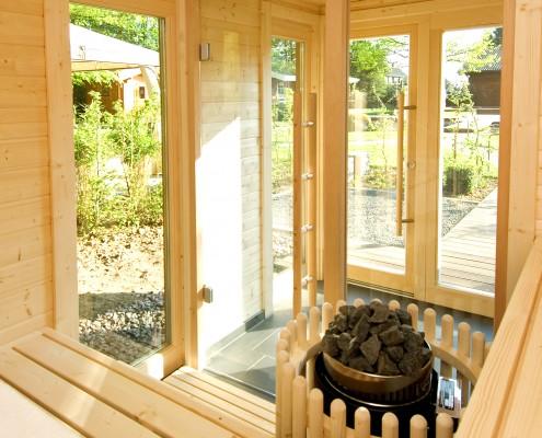 Gartensauna mit Glastüren